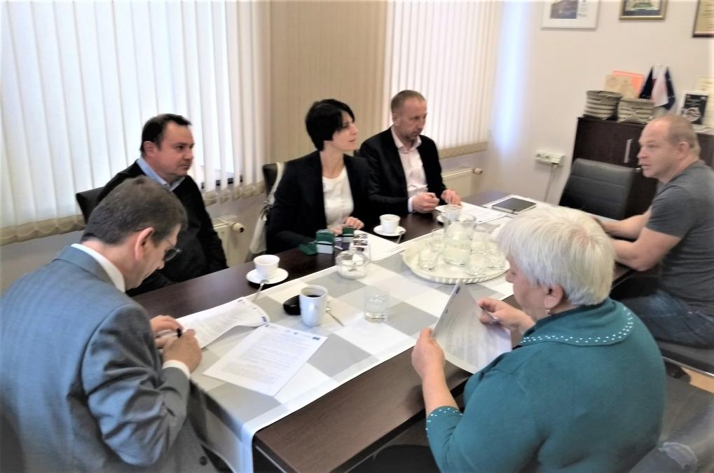 podpisanie umowy na roboty budowlane, obejmujące swym zakresem rozbudowę układu gospodarki osadowej gminnej oczyszczalni ścieków w Mnichu.